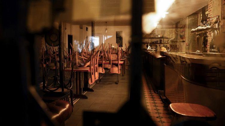 Un bar fermé en rasion des mesures sanitaires, à Paris le 6 octobre 2020. (THOMAS COEX / AFP)
