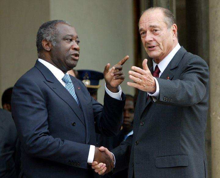 Le président Jacques Chirac salue son homologue ivoirien Laurent Gbagbo le février 2004 après un déjeuner au palais de l'Elysée à Paris. (PATRICK KOVARIK / AFP)