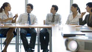 Des femmes et des hommas enxsemble pour une réunion. Photo d'illustration. (ERIC AUDRAS / MAXPPP)