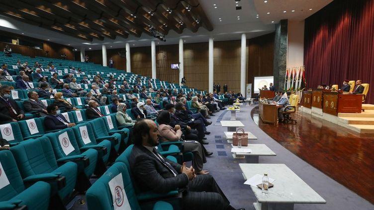 Le Premier ministre libyenAbdelhamid Dbeibah s'adresse aux éluslors de la première session du Parlement, dans la ville côtière de Syrte(Libye), le 9 mars 2021. (MAHMUD TURKIA / AFP)
