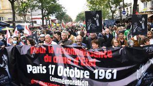 Des manifestants défilent à Paris, le 17 octobre 2021,soixante ans jour pour jour après le massacre d'Algériens venus manifester pacifiquement dans la capitale contre un couvre-feu. (ALAIN JOCARD / AFP)
