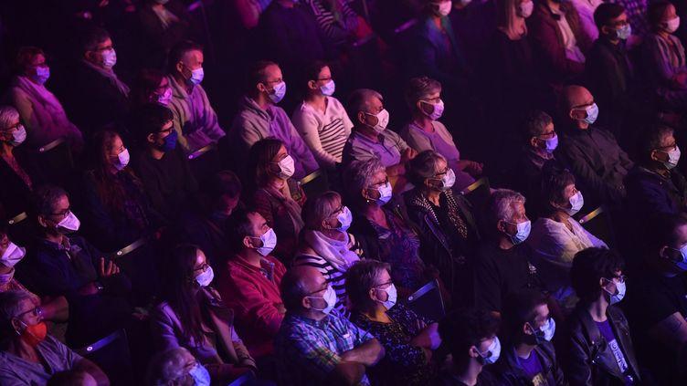 Comme ce publicmasquéauconcert de Tri Yann au Liberté de Rennes le 25 septembre 2020, la foule, la sueur et la promiscuité sont exclues des festivals de l'été 2021 en raison de la crise sanitaire. (THOMAS BREGARDIS / MAXPPP)