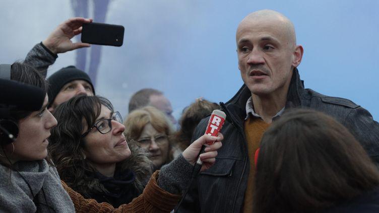 Christophe Dettinger s'adresse aux journalistes devant la prison de Fleury-Mérogis (Essonne), le 20 février 2019. (GEOFFROY VAN DER HASSELT / AFP)