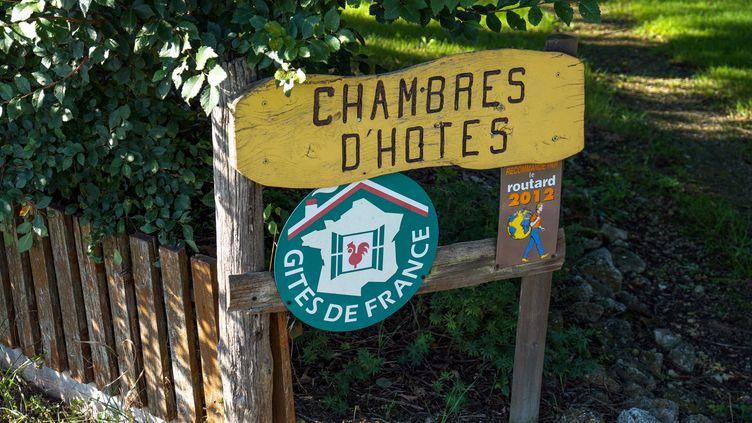 Une pancarte chambres d'hôtes, gîtesde France dans le Lot-et-Garonne en 2014. Photo d'illustration. . (BRUNO LEVESQUE / MAXPPP)