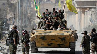 Des soldats des Forces démocratiques syriennes entrent dans Raqqa (Syrie), le 17 octobre 2017. (ERIK DE CASTRO / REUTERS)