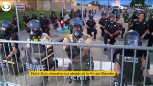 Des policiers américains genou à terre (FRANCEINFO)