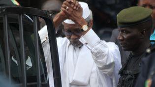 Dans cette photo d'archives prise le 2 juillet 2013, l'ancien président tchadien Hissène Habré (au centre) est escorté par des officiers militaires après avoir été entendu par un juge à Dakar. (STRINGER / AFP)