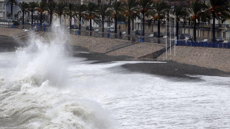 25 décembre 2015, la baie des anges à Nice(Alpes-Maritimes) balayée par des vents violents (VALERY HACHE / AFP)