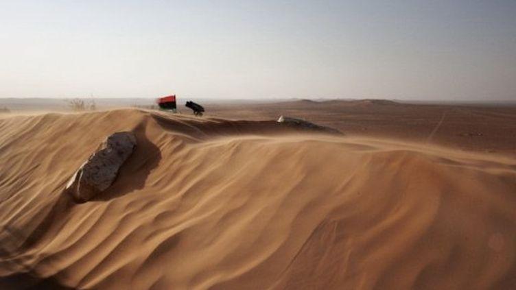 Dernier poste défensif des rebelles libyens dans le désert de Twama, au sud des monts de Nafusa, le 15 juillet 2011. (AFP PHOTO / MARCO LONGARI)
