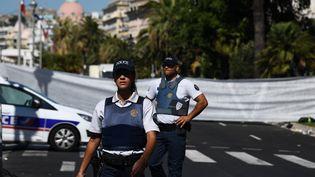Des policiers devant la promenade des Anglais, à Nice (Alpes-Maritimes), le 15 juillet 2016. (ANNE-CHRISTINE POUJOULAT / AFP)