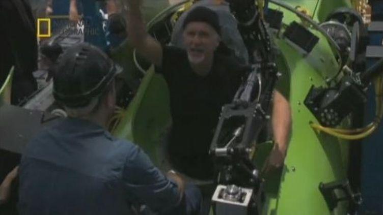 Le réalisateur canadien James Cameron remonte d'une plongée dans la fosse des Mariannes, le 26 mars 2012. (FTVI / APTN / NATIONAL GEOGRAPHIC)