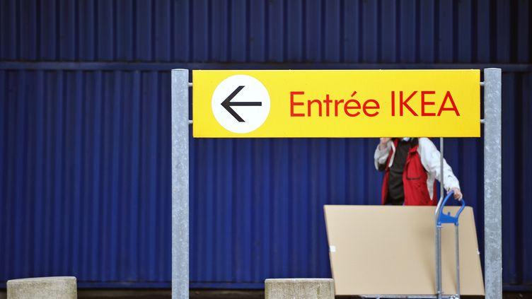 Un client sort du magasin Ikea de Lomme (Nord), le 29 février 2012. (PHILIPPE HUGUEN / AFP)