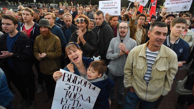 Des manifestants lors d'un rassemblement d'opposition en Russie, à Saint-Pétersbourg, le 5 septembre 2019. (OLGA MALTSEVA / AFP)
