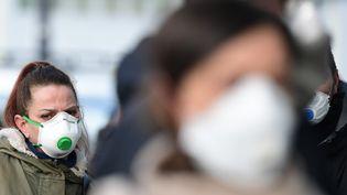Des habitants de Casalpuesterlengo (Lombardie, Italie) (MIGUEL MEDINA / AFP)