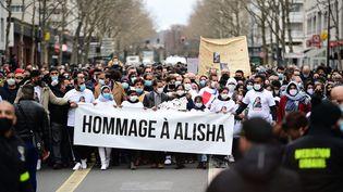 Une marche blanche en hommage à Alisha défile dans les rues d'Argenteuil, dans le Val-d'Oise, le 14 mars 2021. (MARTIN BUREAU / AFP)