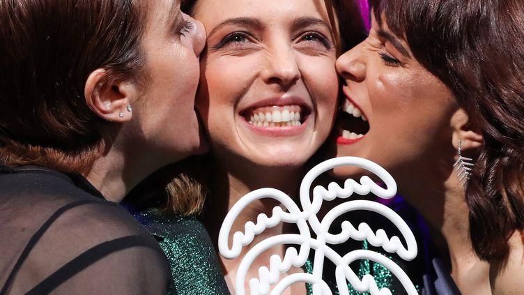 """Leticia Dolera, la réalisatrice de """"Perfect Life"""" (""""Déjate llevar""""), prix de la meilleure série à Cannes. Elle est entourée des actrices Aixa Villagran (à gauche) et Celia Freijeiro (à droite), le 10 avril 2019  (Valery Hache / AFP)"""