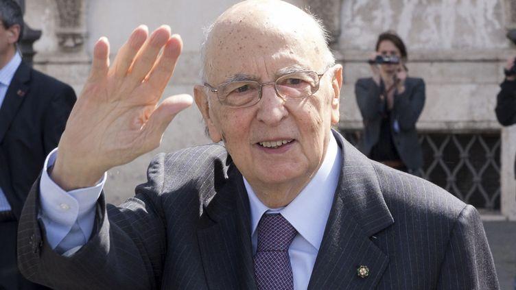 Le président de la République italienne, Giorgio Napolitano, salue des habitants de Rome, le 12 avril 2013. (ITALIAN PRESIDENCY / REUTERS)