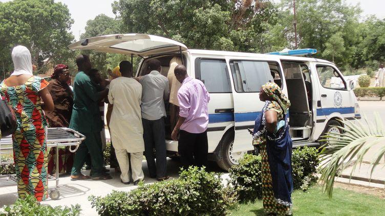 Une victime sérieusement blessée lors d'un attentat dimanche 29 avril est évacuée au Nigeria. (AMINU ABUBAKAR / AFP)