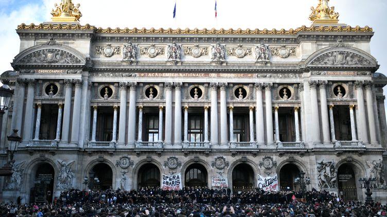 Concert sur les marches de l'Opéra Garnier pendant que les salariés de l'Opéra de Paris et de la Comédie Française manifestent (STEPHANE DE SAKUTIN / AFP)
