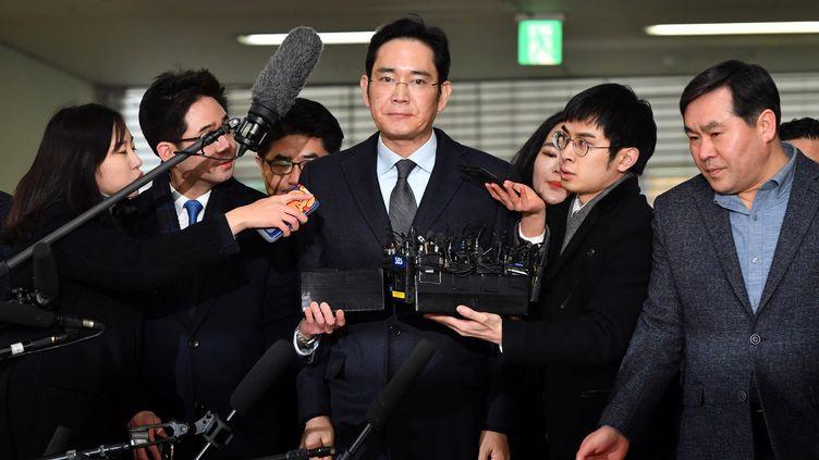 Le vice-président deSamsung Electronics, Lee Jae-yong,arrive au Conseil de Séoul (Corée du Sud) pour être interrogé dans le cadre d'une enquête pour corruption le 13 février 2017. (JUNG YEON-JE / REUTERS)