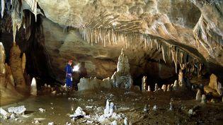 Un archéologue fait des repérages dans la grotte de Bruniquel (Tarn-et-Garonne), le 17 janvier 1996. (REUTERS)