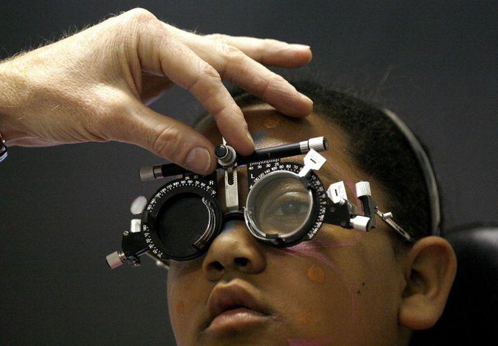 Consultation ophtalmologique à l'hôpital des Enfants de la Croix-Rouge au Cap le 11 octobre 2007. (REUTERS/Mike Hutchings)