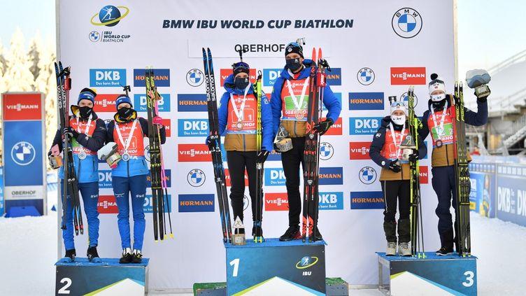 Le podium du relais mixte simple à Oberhof en Allemagne, avec les Français sur la première marche !  (MARTIN SCHUTT / DPA)