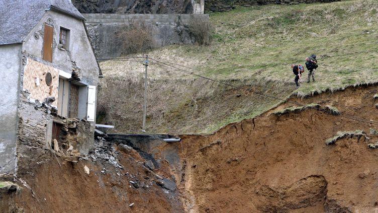 Près du hameau d'Aranou, sur la commune de Gazost (Hautes-Pyrénées), le glissement de terrain du 27 février 2015 a emporté la route et une habitation. (LAURENT DARD / AFP)
