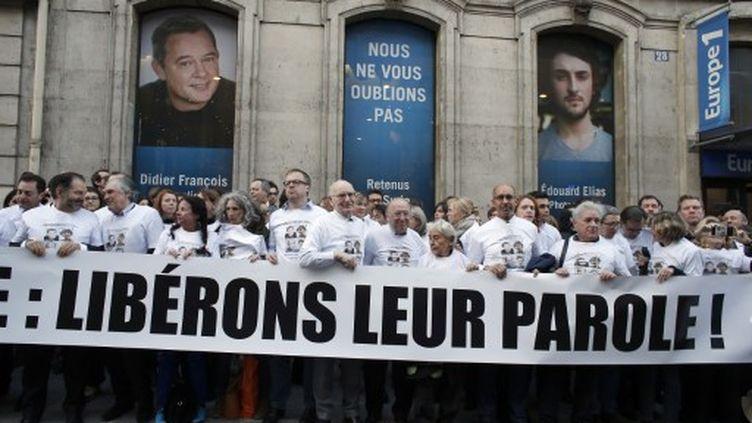 """Un rassemblement-éclair façon """"flash mob""""jeudi 6 mars 2014, devant le siège de la radio Europe 1 à Paris (THOMAS SAMSON / AFP)"""