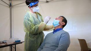 Un test antigénique réalisé dans un centre de dépistage Covid-19, installé au palais des expositions de Nice (Alpes-Maritimes), le 15 octobre 2020. (ARIE BOTBOL / Hans Lucas / Hans Lucas via AFP)