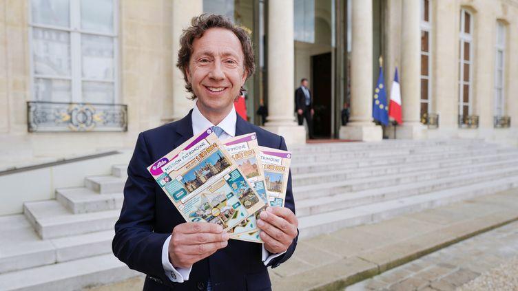 Stéphane Bern avec les tickets du Loto du patrimoine 2018. (LUDOVIC MARIN / AFP)