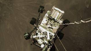 Le robot Perseverance juste avant qu'il touche la planète Mars, le 18 juillet 2021. (- / NASA/JPL-CALTECH /AFP)