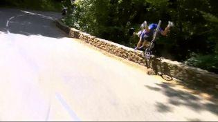 Le coureur belge Philippe Gilbert chute dans la descente du col de Portet-d'Aspet, lors de la 16e étape du Tour de France, le 24 juillet 2018. (FRANCE 2)