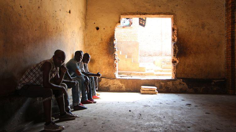 """Des mendiants, des prostituées, des enfants des rues sont envoyés au centre de transit de Gikondo à Kigali. Le pouvoir rêve d'une ville """"parfaite"""". (STEPHANIE AGLIETTI / AFP)"""