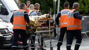 Un blessé évacué après l'accident mortel de Puisseguin (Gironde), vendredi 23 octobre 2015. (JEAN-PIERRE MULLER / AFP)