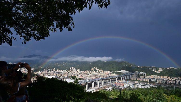 Un arc-en-ciel au-dessus du nouveau pont de Gênes (Italie) lors de son inauguration, lundi 3 août 2020. (MIGUEL MEDINA / AFP)