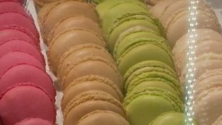 Les macarons se marient parfaitement avec les fêtes de Noël. Face à la multiplication des choix, lesquels choisir ? France 3 a sollicité l'aide d'un critique gastronomique. (FRANCE 2)
