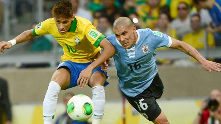 Le Brésilien Neymar au contact avec l'Uruguayen Pereira