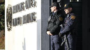 Des gardes des Nations unies, armés, postés devant le siège de l'ONU à Genève (Suisse), le 10 décembre 2015. (PIERRE ALBOUY / REUTERS)