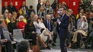 Emmanuel Macron répond aux questions de citoyens lors d'un débat, le 24 janvier à Bourg-de-Péage (Drôme), le 24 janvier 2019. (EMMANUEL FOUDROT / POOL / AFP)