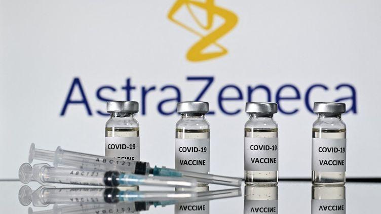 Selon l'Agence européenne du médicament, le vaccin AstraZeneca est bénéfique, malgré les suspicions d'effets secondaires rapportées dans certains pays. (JUSTIN TALLIS / AFP)