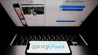 Le logo Onlyfans sur un téléphone et un ordinateur, à Cracovie (Pologne), le 27 avril 2021. (JAKUB PORZYCKI / NURPHOTO / AFP)