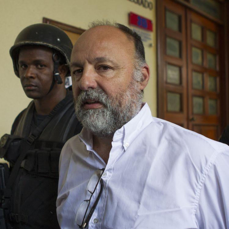 Le Français Christophe Naudin est escorté dans les couloirs du palais de justice de Saint-Domingue (République dominicaine), le 8 mars 2016. (ERIKA SANTELICES / AFP)