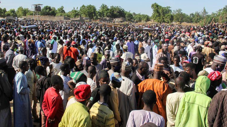 Rassemblement à Zabarmari (Nigéria) le 29 novembre 2020, après une attaque de Boko Haram sur un village de la région. 43 personnes ont été tuées. (AUDU MARTE / AFP)