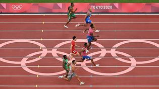 Les sprinteurs en plein effortlors de la finale du100 m aux Jeux olympiques de Tokyo, le 1er août 2021. (JONATHAN NACKSTRAND / AFP)