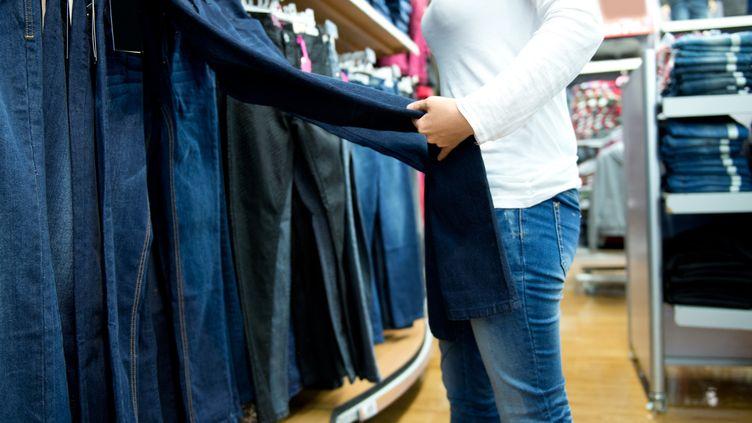 Bien choisir son jean, durable et avec un faible impact environnemental. Illustration (GETTY IMAGES)