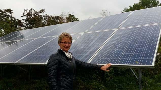 (Agnete et son mari Tom ont investi 16.000 euros dans des panneaux solaires © RF/Elise Delève)