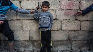 Les enfants sont recrutés par l'État islamique dès leur plus jeune âge pour devenir des combattants. Ici, àQayyarah, en Irak. (OLYA MORVAN / HANS LUCAS)