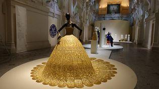 Exposition Luxesau Mad : robe Magnificient Gold en soie, fil d'or et d'argent de la créatrice chinoise Guo Pei, 2006 (CORINNE JEAMMET)