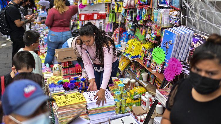 Une semaine avant la rentrée, les familles mexicaines se pressent dans les magasins pour acheter les fournitures scolaires, comme ici à Mexico City. (PEDRO PARDO / AFP)